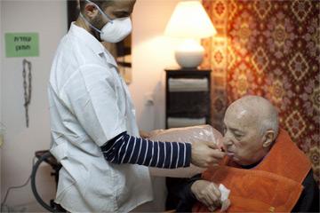 Възрастен пациент вдишва канабисов дим