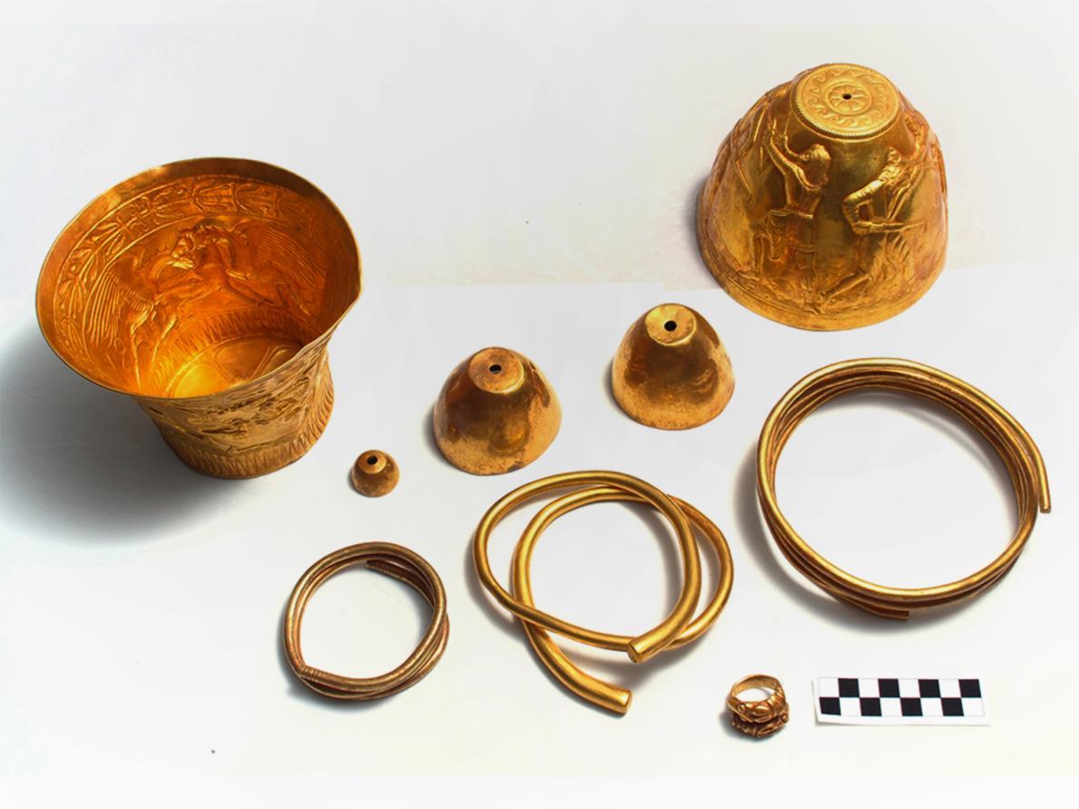 Археолози откриха бонгове от чисто злато отпреди 2 400 години, които били използвани от древните владетели за пушене на канабис по време на церемонии