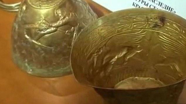 Археолози откриха при разкопки два бонга от чисто злато (на снимката), които датират отпреди 2 400 години и били ползвани от племенни вождове за ритуално пушене на канабис.